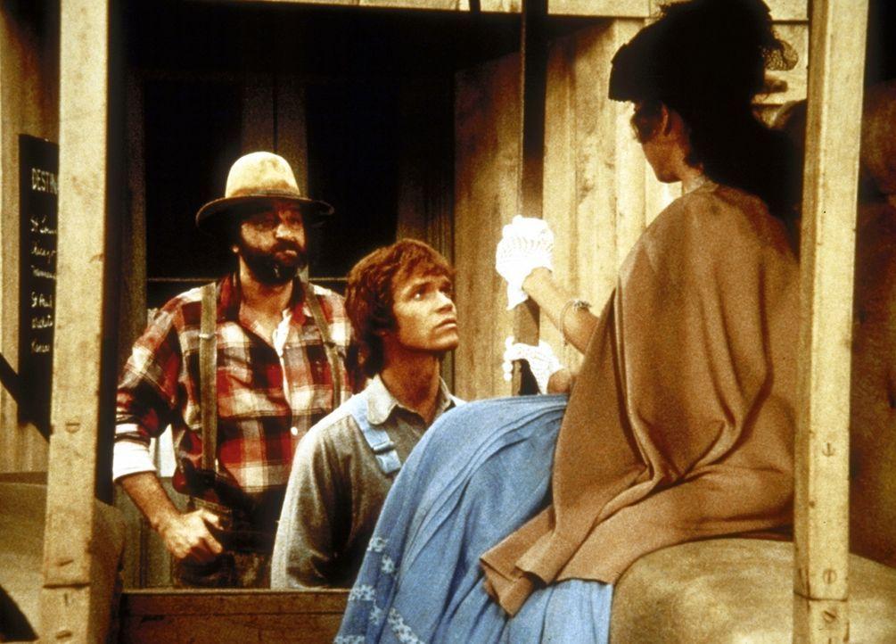 Mimi (Jane Alice Brandon, r.) fährt zu ihren Eltern, und Johnny (Mitch Vogel, M.) konnte endlich von Mr. Edwards (Victor French, l.) überredet wer... - Bildquelle: Worldvision