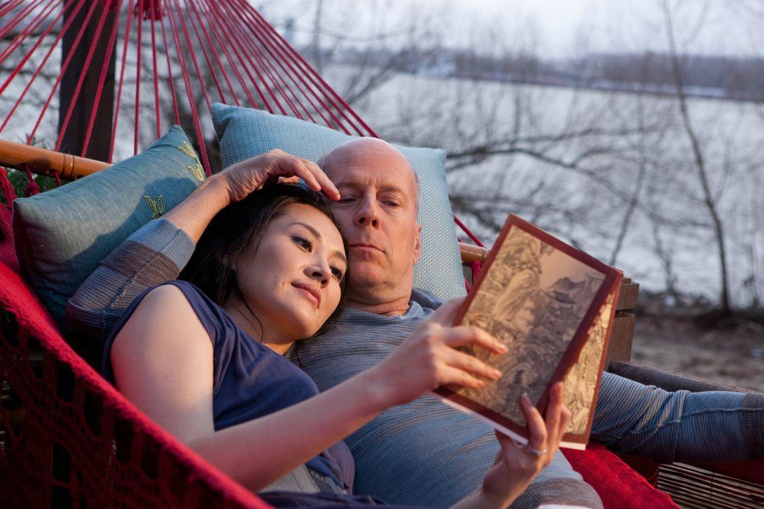In der Zukunft findet Joe (Bruce Willis, r.) nach langer Zeit endlich Frieden bei Qing Xu (Summer Qing, l.). Als ihm jedoch klar wird, dass seine Fr... - Bildquelle: 2012 Concorde Filmverleih GmbH