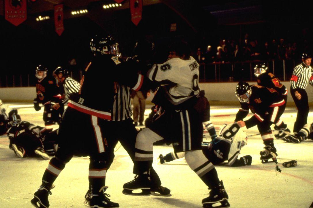 """Die hochnäsigen Mitgleider des etablierten Eishockey-Teams der neuen Schule nehmen die """"Mighty Ducks"""" alles andere als freundlich auf ... - Bildquelle: Disney.  All Rights Reserved."""