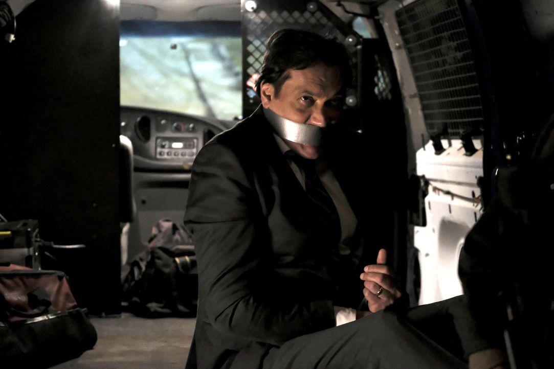 Als John Donovan (Jimmy Smits) auf dem Weg zur CTU-Zentrale ist, gerät er in die Fänge der Terroristen. Rebecca und Eric versuchen im Alleingang, Jo... - Bildquelle: Guy D'Alema 2017 Fox and its related entities.  All rights reserved.