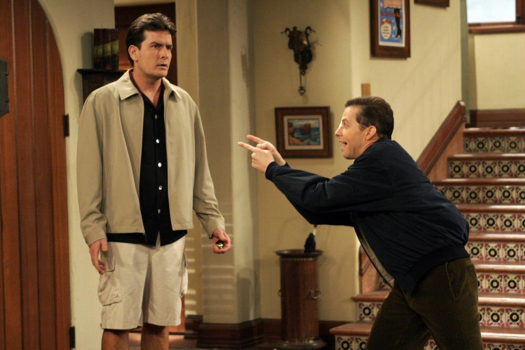 Alan (Jon Cryer, r.) macht sich einen Spaß mit Charlie (Charlie Sheen, l.), worüber der ganz und gar nicht begeistert ist ... - Bildquelle: Warner Bros. Television
