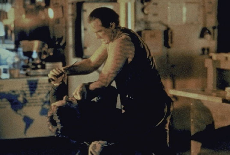 Casey Ryback (Steven Seagal) tötet lautlos alle Terroristen, die sich im Unterdeck befinden ... - Bildquelle: Warner Bros.