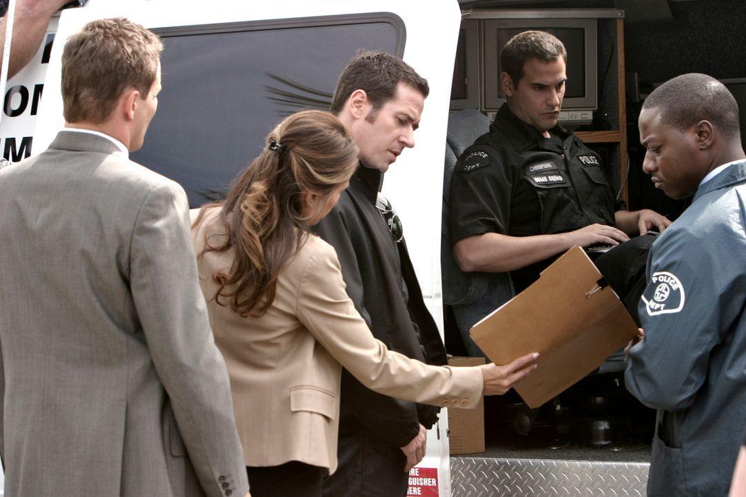 Don (Rob Morrow, M.), Colby (Dylan Bruno, l.) und Agent Jennifer Malloy (Lisa Vidal, 2.v.l.) suchen nach Hinweisen, um den Briefbombenmörder zu find... - Bildquelle: Paramount Network Television