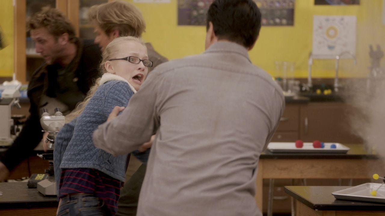 Überfall im Klassenzimmer:  Als die 12-jährige Valerie (Amiah Miller, 3.v.l.) im Chemieunterericht an MacGyvers (Lucas Till) alter Schule entführt w... - Bildquelle: 2016 CBS Broadcasting, Inc. All Rights Reserved