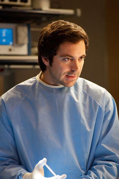 Kämpft für das Leben eines Patienten: Dr. Zeke Barnes (Rhys Coiro) - Bildquelle: 2011 CBS BROADCASTING INC. ALL RIGHTS RESERVED