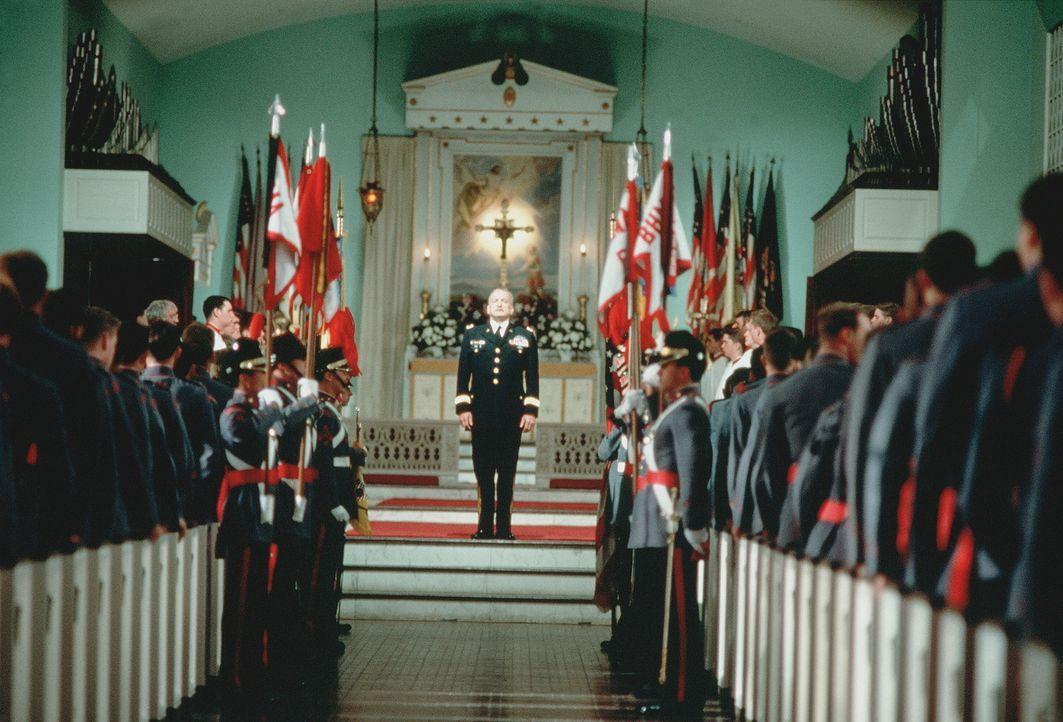 General Harlan Bache (George C. Scott, M.) teilt den Kadetten mit, dass die amerikanische Militärakademie 'Bunker Hill', an der Generationen junger... - Bildquelle: 20th Century Fox Film Corporation