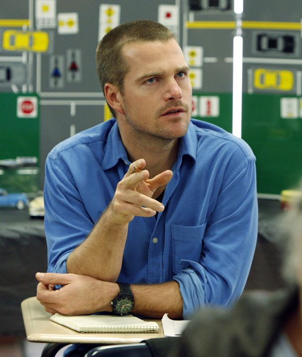 Bei einem illegalen Straßenrennen explodiert einer der Wagen und der Fahrer kommt ums Leben. Das Team um Callen (Chris O'Donnell) beginnt mit den Er... - Bildquelle: CBS Studios Inc. All Rights Reserved.