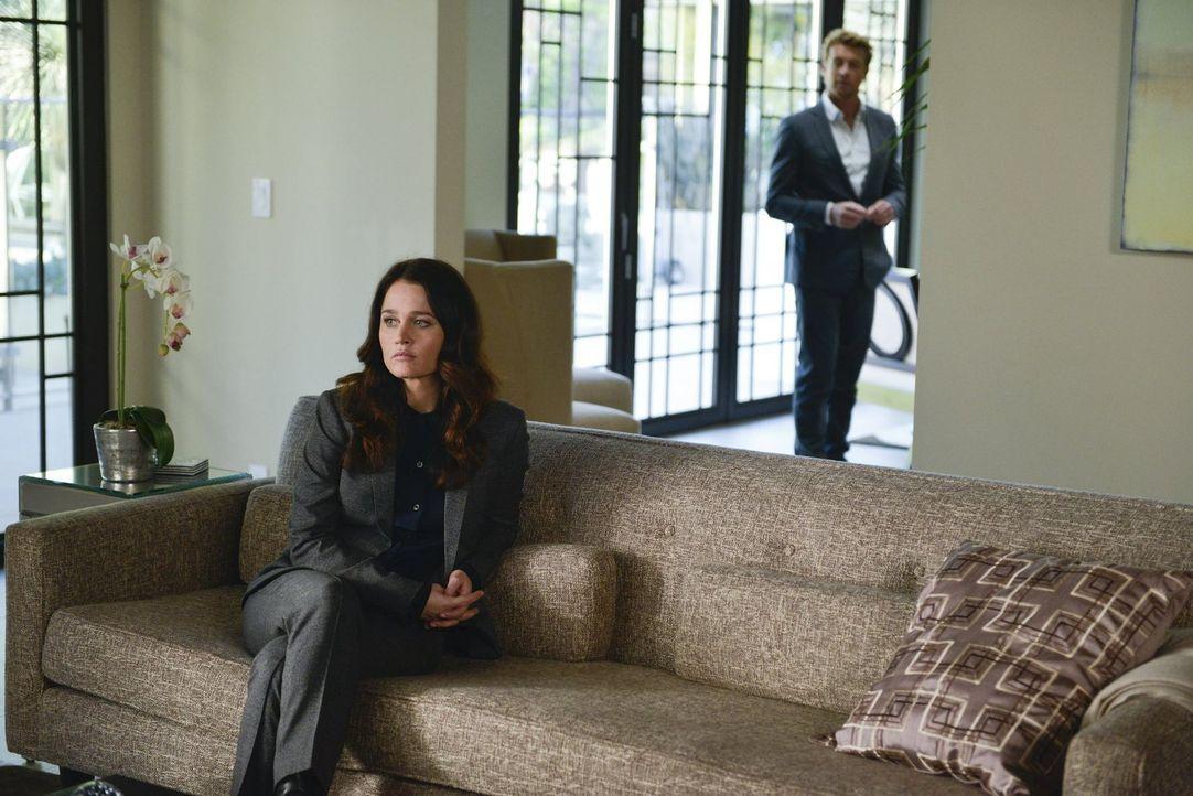 Ermitteln in einem neuen Fall: Lisbon (Robin Tunney, l.) und Jane (Simon Baker, r.) ... - Bildquelle: Warner Bros. Television