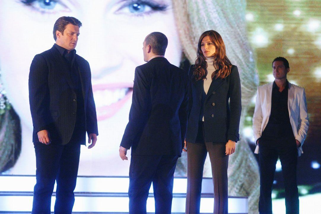 Richard Castle (Nathan Fillion, l.) und Kate Beckett (Stana Katic, 2.v.r.) glauben, dass Justin Hankel (Jonathan Slavin, 2.v.l.) ihnen etwas verschw... - Bildquelle: ABC Studios