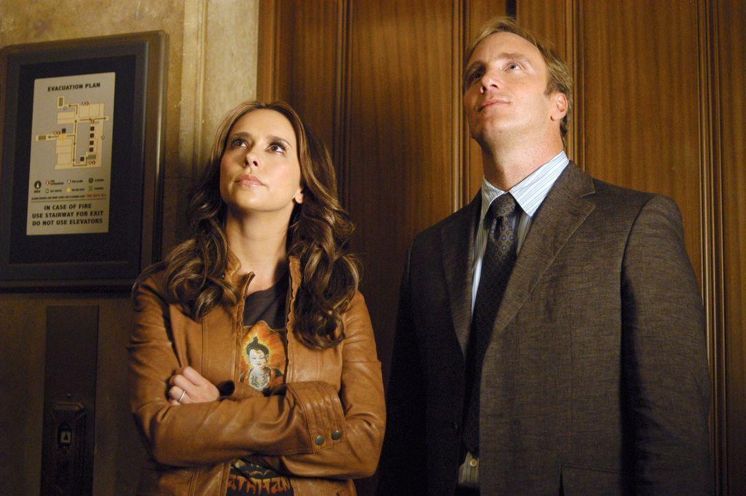 """Professor Rick Payne (Jay Mohr, r.) erzählt Melinda (Jennifer Love Hewitt, l.) alles, was er über einen alten Mythos, die Geschichte von """"Bloody Mar... - Bildquelle: ABC Studios"""