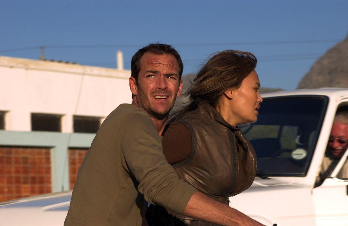 Auf der Flucht: Dr. Chris Richardson (Luke Perry, l.) und Agentin Lisa Delgado (Tia Carrere, r.) ... - Bildquelle: Hallmark Entertainment