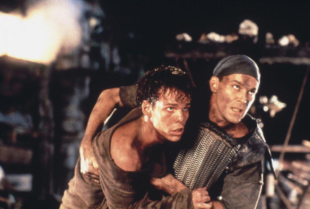 Casey (Kevin Dillon, l.) wird von Robbins (Ray Liotta, r.) aus dem Lager der Outsider gerettet ... - Bildquelle: Columbia Tristar International Television