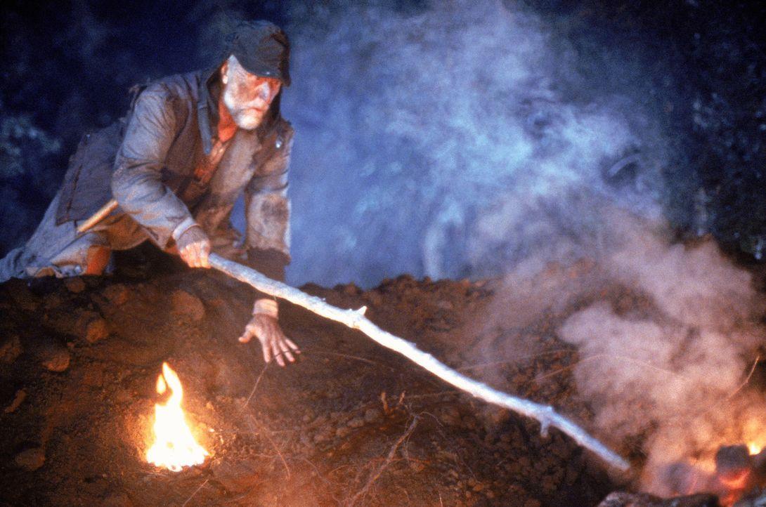 Ein Meteorit schlägt in der Nähe einer kleinen Stadt ein und gibt eine schleimige Masse frei, die sich um die Hand eines Landstreichers (Billy Bec... - Bildquelle: Sony 2007 CPT Holdings, Inc.  All Rights Reserved.
