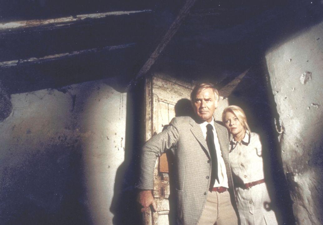 Kommissar Barth (Joachim Fuchsberger, l.) und Herta (Karin Baal, r.) machen in dem verlassenen Haus eine furchtbare Entdeckung ... - Bildquelle: Constantin Film