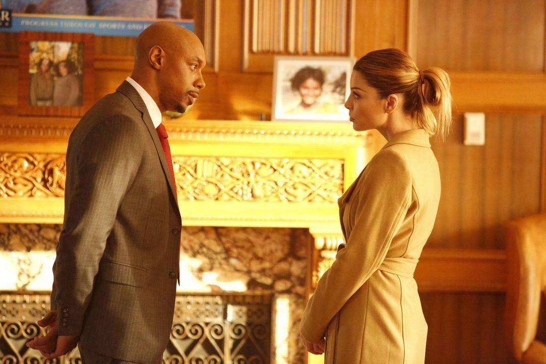 Der Anwalt Will Flemming (Dorian Missick, l.) macht Chloe (Lauren German, r.) klar, dass sie nur noch mit ihm und nicht mehr mit Vanessa, der Frau d... - Bildquelle: 2016 Warner Brothers