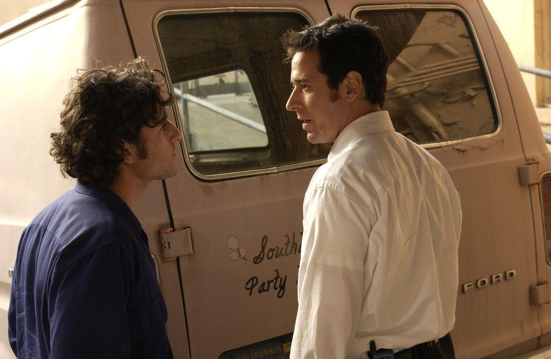 FBI Agent Don (Rob Morrow, r.) will einen Serienvergewaltiger zur Strecke bringen, doch er hat keine handfeste Spur. Sein Bruder Charlie (David Krum... - Bildquelle: Paramount Network Television