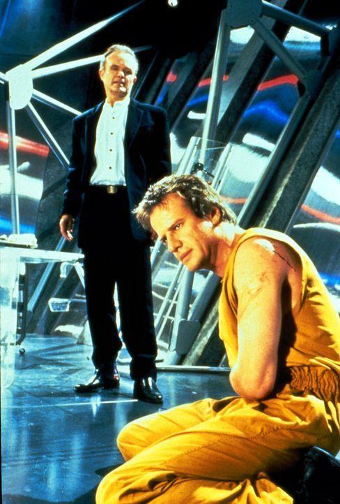 Der sadistische Gefängnisdirektor Poe (Kurtwood Smith, l.) tut alles, um Johns (Christopher Lambert, r.) Persönlichkeit zu brechen. - Bildquelle: Dimension Films