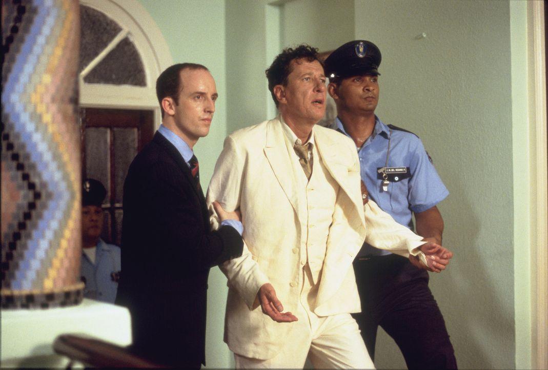 Als Louisa endlich bemerkt, in was für ein Spielchen Harry (Geoffrey Rush, M.) sich da verstrickt hat, sind die amerikanischen Invasions-Geschwader... - Bildquelle: 2003 Sony Pictures Television International.