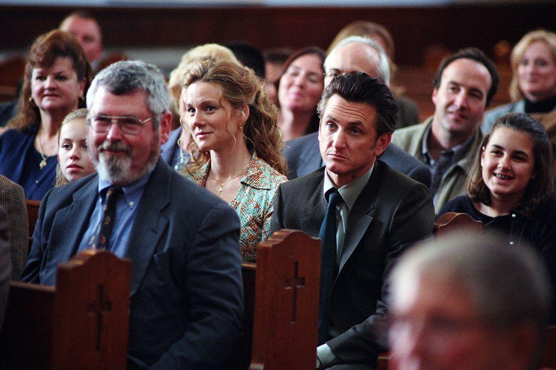 Ahnen noch nicht, dass die schlummernden Dämonen der Vergangenheit erwacht sind: Jimmy (Sean Penn, l.) und Annabeths (Laura Linney, M.) ... - Bildquelle: Warner Bros. Pictures