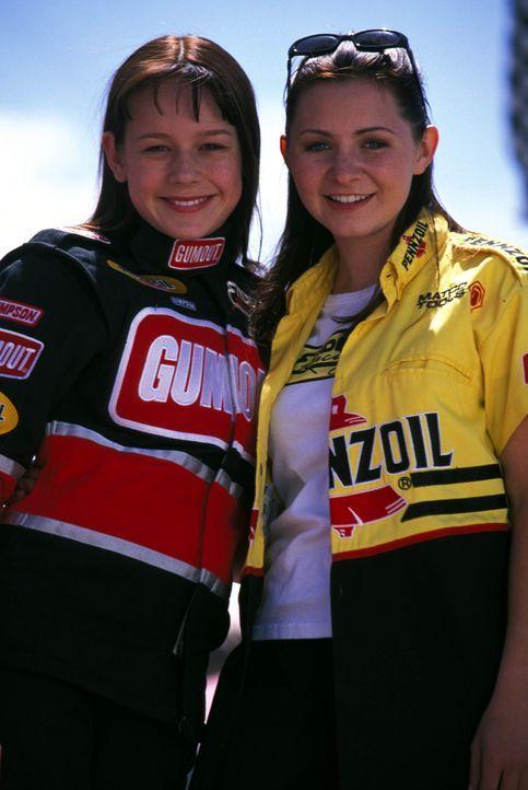 Die beiden hochbegabten Drag Racer Erika (Beverly Mitchell, r.) und Courtney Enders (Brie Larson, l.) lassen sich von ihren selbstherrlichen männli... - Bildquelle: Disney Channel