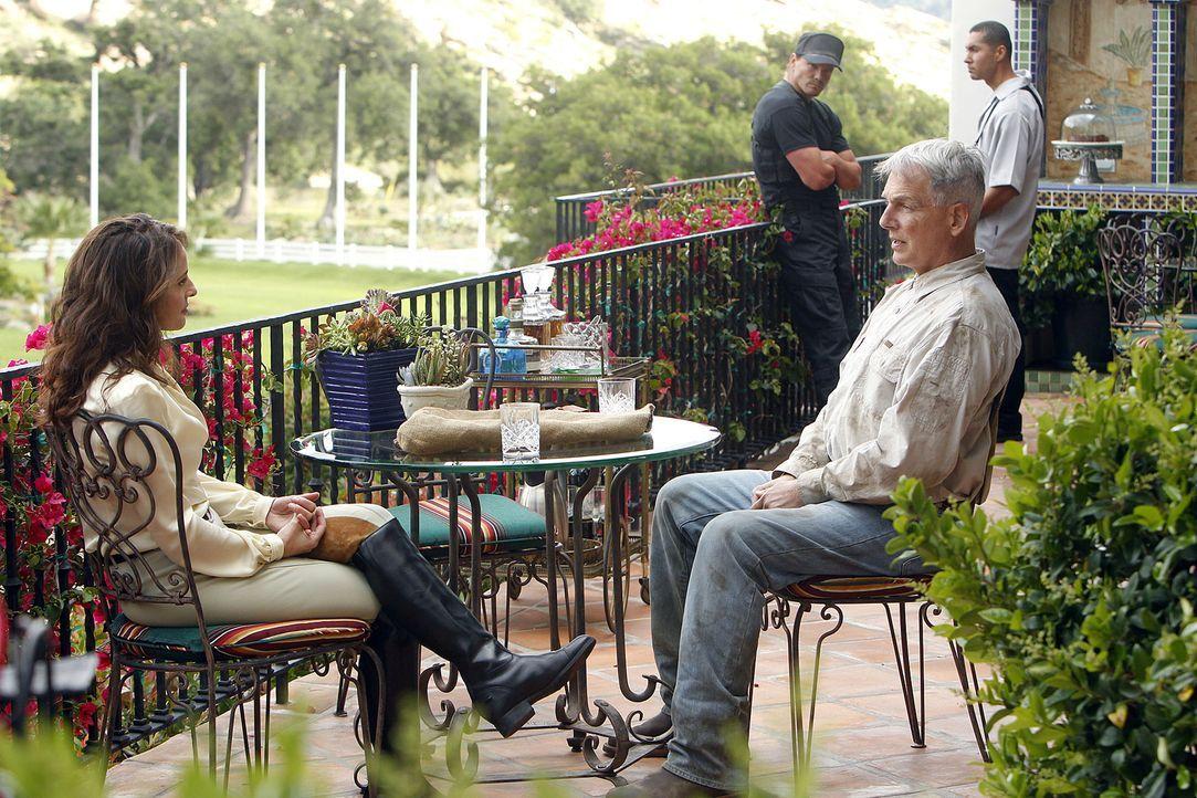 Gibbs (Mark Harmon, vorne r.) soll für das Reynosa-Kartell arbeiten, sonst, so droht ihm Paloma Reynosa (Jacqueline Obradors, vorne l.), sterben all... - Bildquelle: CBS Television