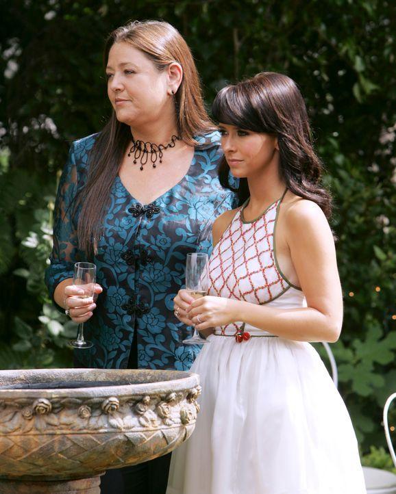 Melinda (Jennifer Love Hewitt, r.) und Delia (Camryn Manheim, r.), eine erfolgreiche Immobilienmaklerin, freunden sich langsam immer mehr an. - Bildquelle: ABC Studios