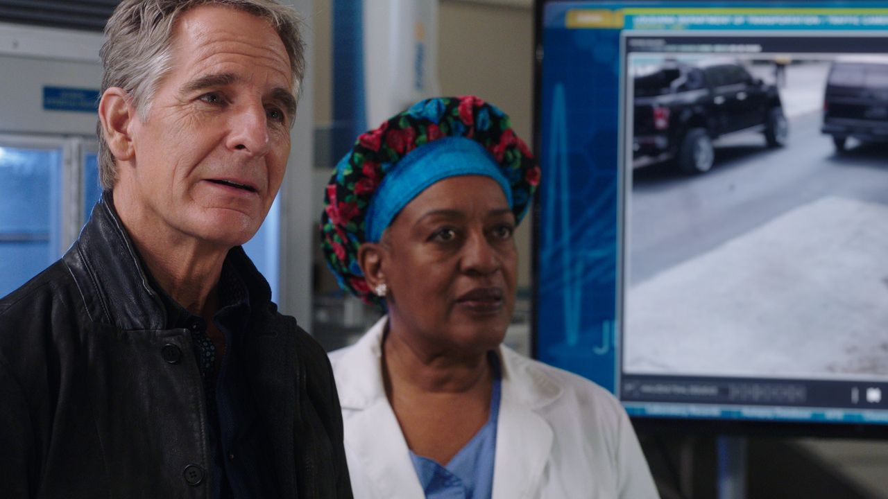 Dwayne Pride (Scott Bakula, l.); Loretta Wade (CCH Pounder, r.) - Bildquelle: 2021 CBS Broadcasting Inc. All Rights Reserved.
