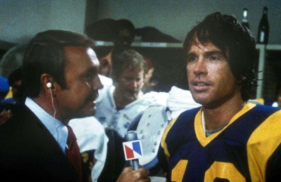 Nicht ungern stellt sich Joe Pendleton (Warren Beatty, r.) den Fragen der Reporter (Dick Enberg, l.) ... - Bildquelle: Paramount Pictures