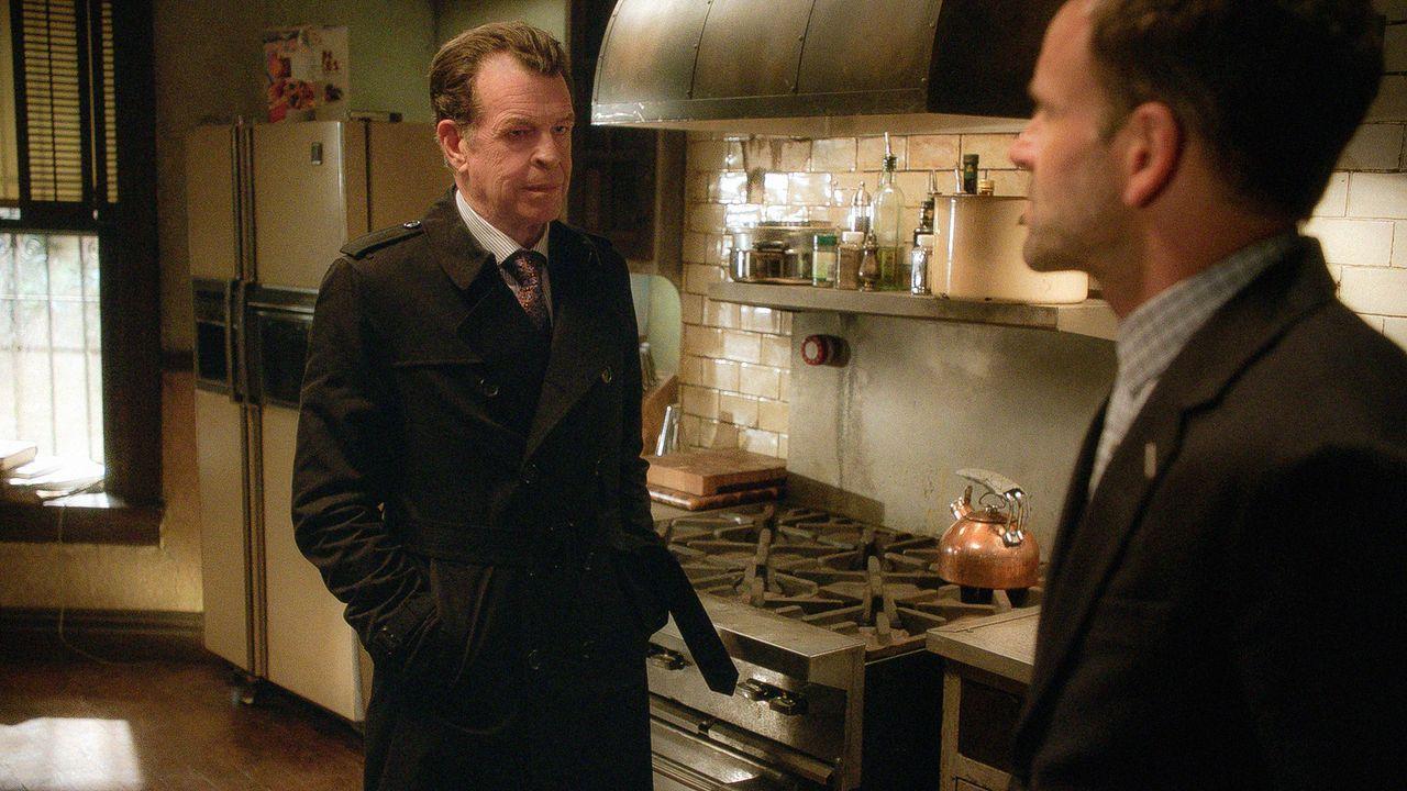 Sherlock (Jonny Lee Miller, l.) ist sich nicht sicher, ob er seinem Vater Morland (John Noble, r.) trauen kann ... - Bildquelle: Tom Concordia 2015 CBS Broadcasting, Inc. All Rights Reserved