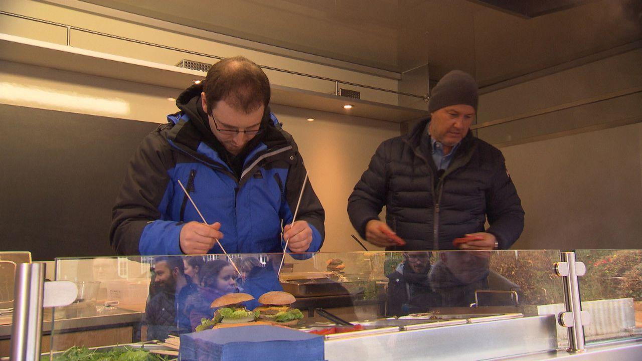 Frank Rosin (r.) lässt seinen neusten Schützling mit  einer gewieften Aktion unter die Leute: Ein Foodtruck soll die Menschen auf den Wirt und seine... - Bildquelle: kabel eins