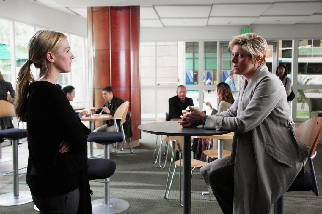 Emily (Molly Price, r.) kommt überraschend zu Besuch. Werden sie und ihre Schwester Samantha (Poppy Montgomery, l.) sich wieder annähern? - Bildquelle: Warner Bros. Entertainment Inc.
