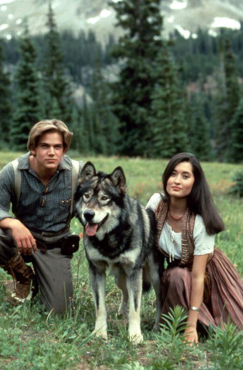Zusammen mit Wolfsblut machen sich Henry (Scott Bairstow, l.), Lily (Charmaine Craig, r.) auf, Lilys Stamm vor der Vertreibung zu bewahren. Ein geld... - Bildquelle: The Walt Disney Company.