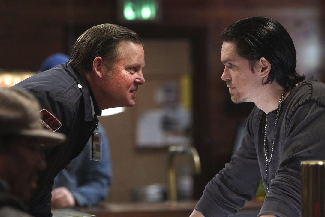 Frank kann sich nur an einem Ort verstecken: in Kevins (Steve Howey, r.) Bar. Wird Eddie (Joel Murray, l.) ihn dort finden? - Bildquelle: 2010 Warner Brothers