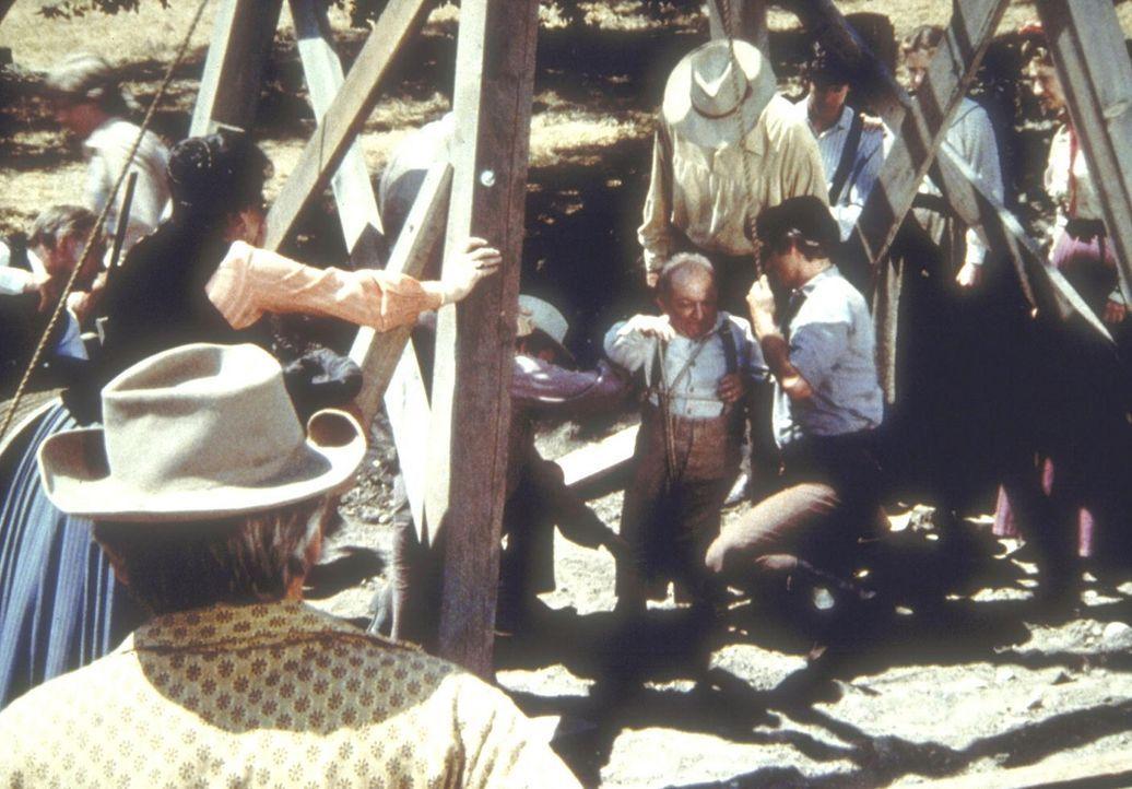 Lou (Billy Barty, M.) erklärt sich bereit, Harriets (Katherine MacGregor, hinten l.) Tochter Nancy, die in einen Brunnen gestürzt ist, zu befreien. - Bildquelle: Worldvision