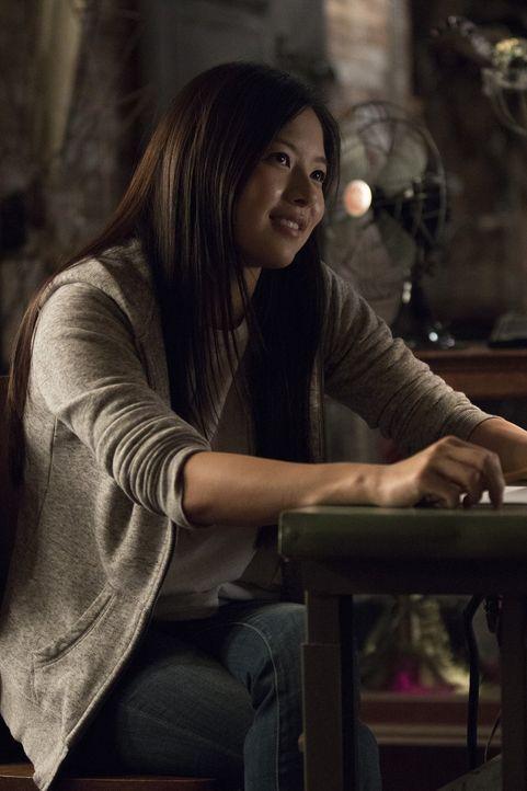 Ein illegaler Waffenhändler nutzte Vivian Songs (Christine Ko) Fähigkeiten, um seine Verhandlungspartner und Feinde zu durchschauen, doch die Notize... - Bildquelle: Warner Bros.
