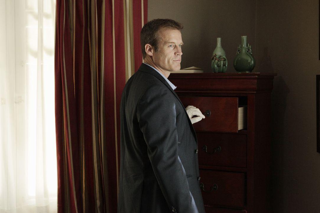 Det. Tommy Sullivan (Mark Valley) sieht sich am Tatort etwas genauer um. Wird er einen Hinweis auf den wahren Mörder finden? - Bildquelle: 2013 American Broadcasting Companies, Inc. All rights reserved.