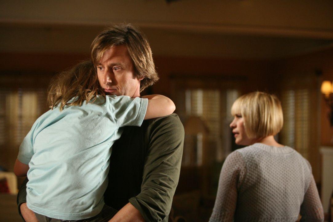 Allison (Patricia Arquette, r.) bittet ihren Mann Joe (Jake Weber, M.), die kleine Bridgette (Maria Lark, l.) ins zu Bett zu bringen ... - Bildquelle: Paramount Network Television