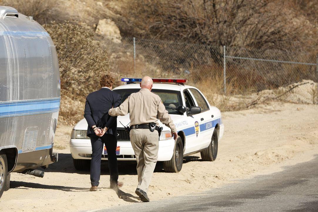 Damit Jane (Simon Baker, l.) wieder mit dem FBI zusammenarbeitet, da sie seine Hilfe benötigen, lässt Lisbon ihn durch einen Polizisten (Rocky McMur... - Bildquelle: Warner Bros. Television