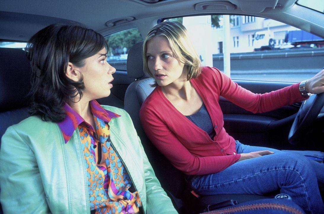 Um den stets verhinderten Liebhaber irgendwelcher dunkler Geheimnisse überführen zu können, machen sich Lara (Doreen Jacobi, r.) und Nicole (Rita... - Bildquelle: Gordon Mühle ProSieben