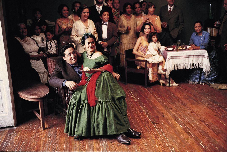 Zur Hochzeit gelobten die mexikanische Malerin Frida Kahlo (Salma Hayek, vorne r.) und ihr Mentor Diego Rivera (Alfred Molina, vorne l.) einander ni... - Bildquelle: Buena Vista International