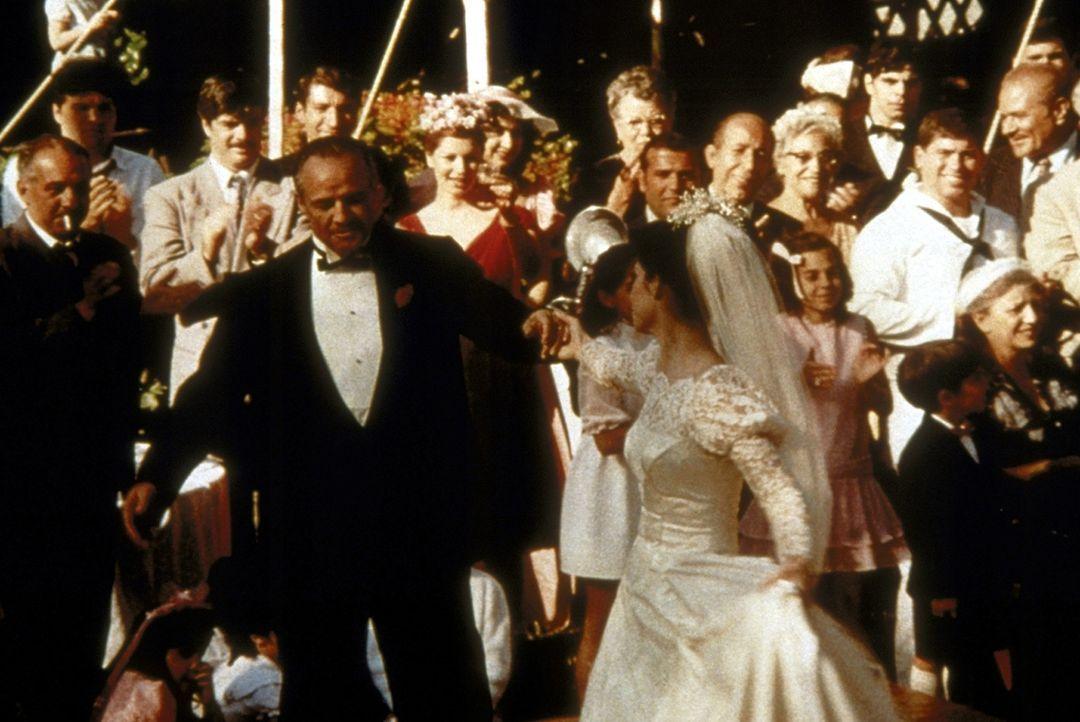 Voller Stolz lässt sich der Brautvater Corleone (Marlon Brando, vorne l.) von seiner bildhübschen Tochter Connie (Talia Shire, vorne r.) zum Walze... - Bildquelle: Paramount Pictures