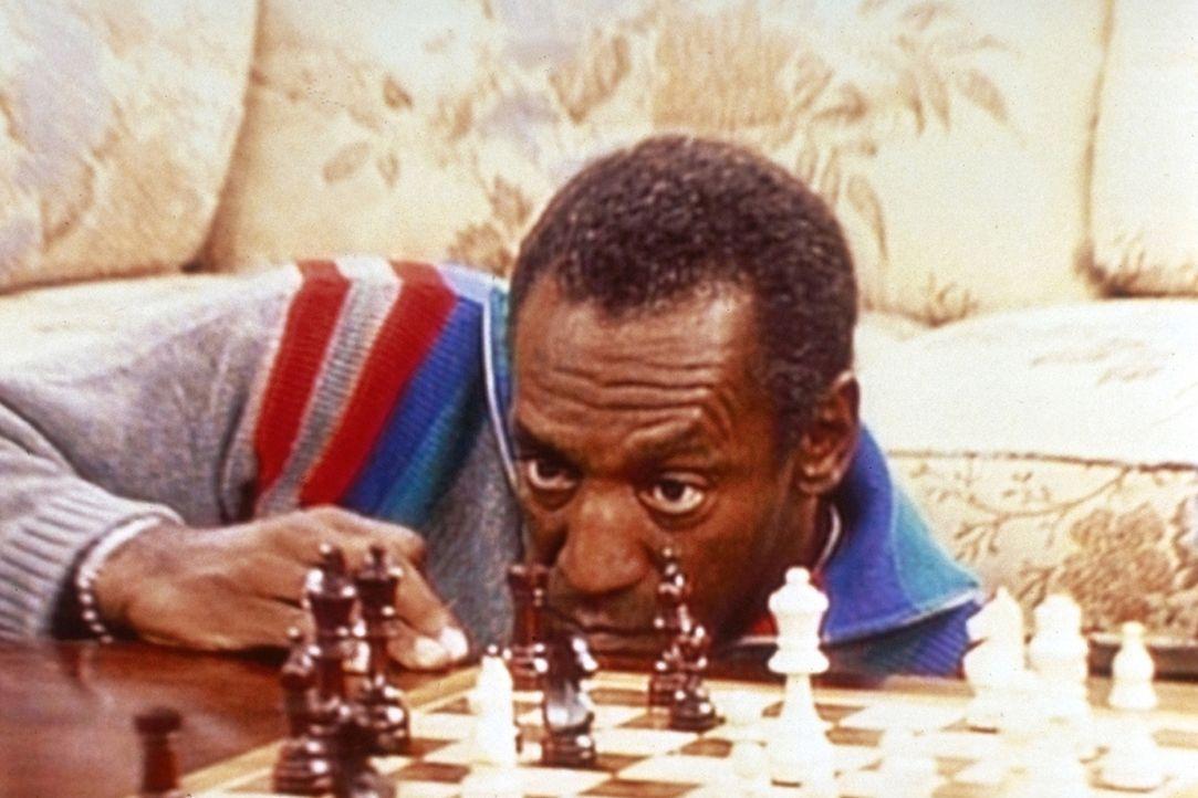 Cliff (Bill Cosby) will einfach nicht glauben, dass sein Schwiegervater gegen ihn im Schachspiel gewinnt. - Bildquelle: Viacom