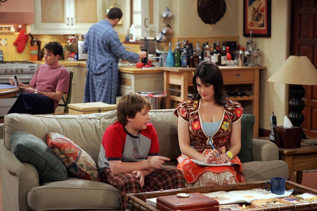 Rose (Melanie Lynskey, vorne r.) verabschiedet sich von Jake (Angus T. Jones, vorne l.), da sie nach London umsiedeln möchte. Charlie (Charlie Shee... - Bildquelle: Warner Brothers Entertainment Inc.