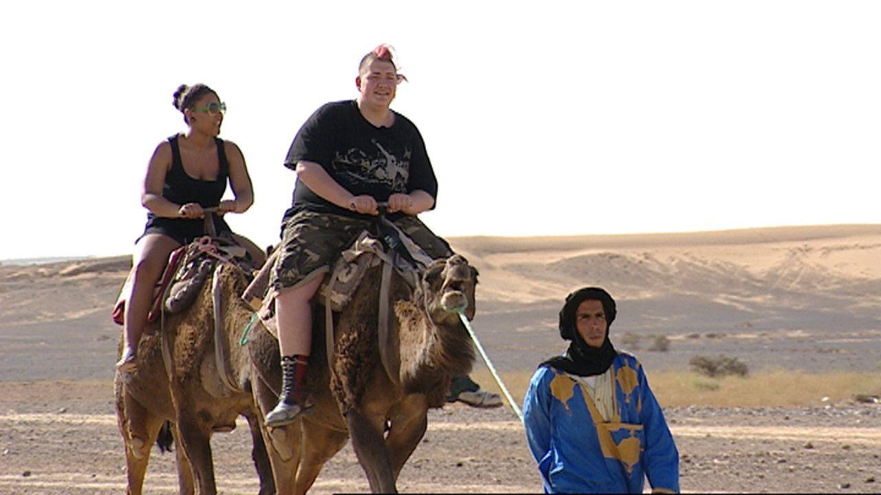 Agnes (16) aus Offenbach am Main und Stephen (16) aus Hattingen werden von ihren Eltern in die marokkanische Wüste geschickt ... - Bildquelle: kabel eins