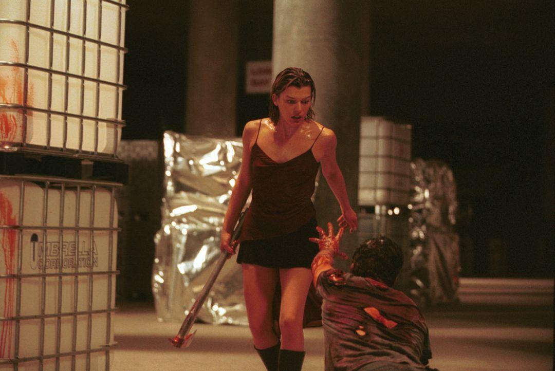 Obwohl die Infizierten einmal ihre Freunde oder Bekannten waren, bleibt Alice (Milla Jovovich, l.) keine Zeit für Mitleid ... - Bildquelle: Constantin Film Verleih GmbH