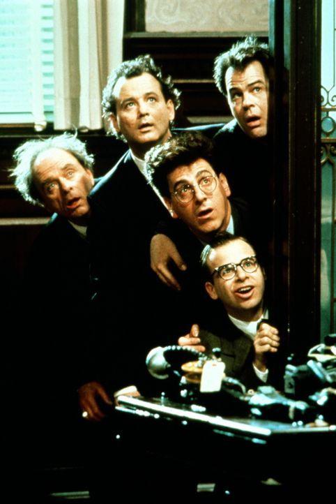 Am liebsten würde Richter (Harris Yulin, l.) die Ghostbusters ein für allemal loswerden. Doch als auf einmal paranormale Erscheinungen auftauchen,... - Bildquelle: 1989 Columbia Pictures Industries, Inc. All Rights Reserved.