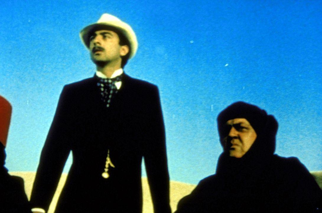 Der Archäologe Carter (Robin Ellis, l.) und der undurchsichtige Kunstsammler Jonash Sabastian (Raymond Burr, r.) ... - Bildquelle: Columbia Pictures