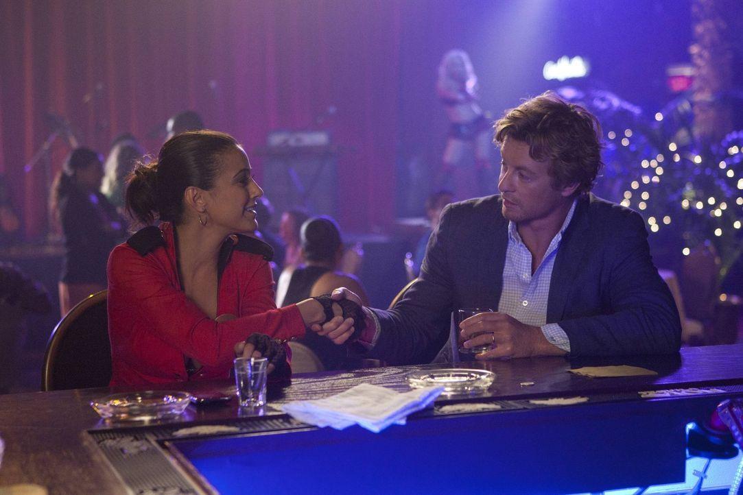 Treffen in Las Vegas aufeinander: Patrick (Simon Baker, r.) und Lorelei Martins (Emmanuelle Chriqui, l.) ... - Bildquelle: Warner Bros. Television