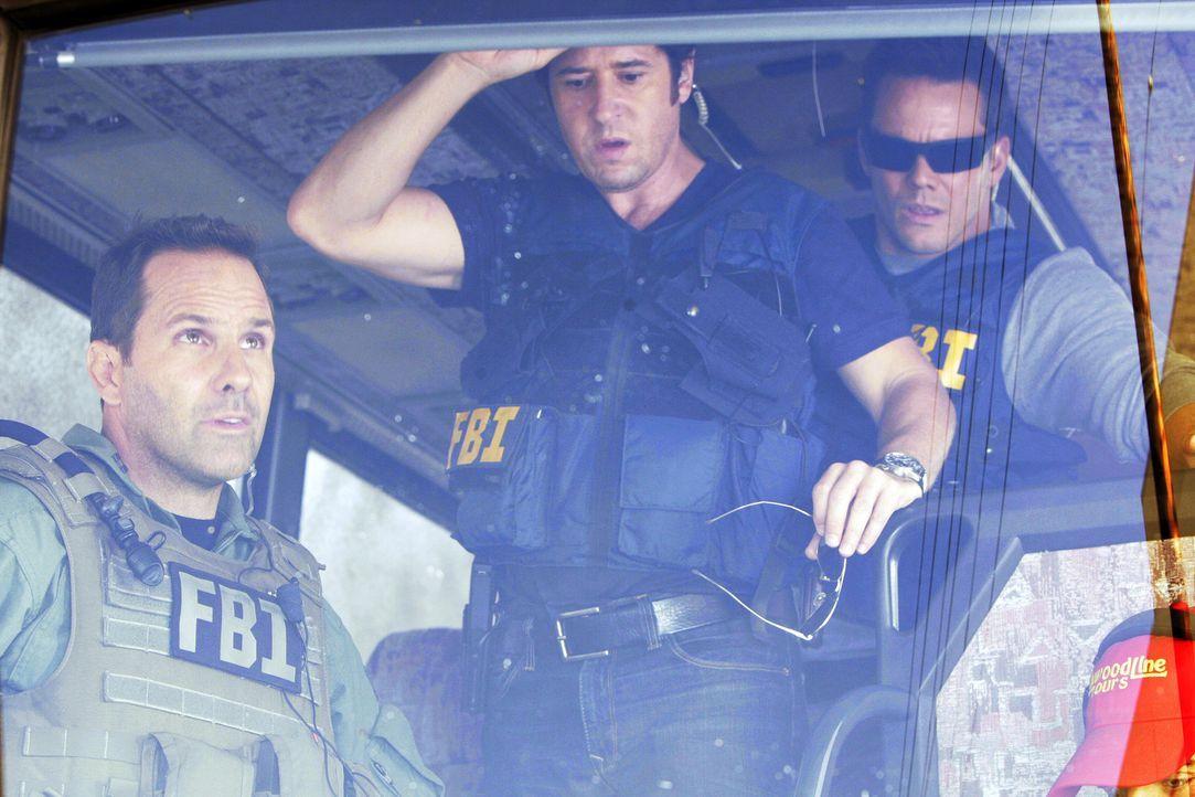 Als das SWAT-Team den Bus stürmt, stellt sich dieser zum Entsetzen des FBI als leer heraus. Don (Rob Morrow, M), Colby (Dylan Bruno, r.) und Tim (C... - Bildquelle: Paramount Network Television
