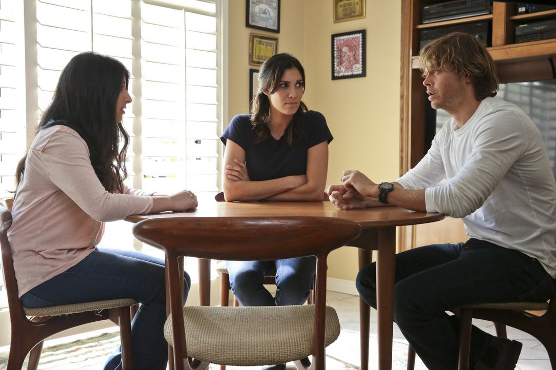 Adeelas (Jenna Seede, l.) Schwester ist plötzlich verschwunden. Kensi (Daniela Ruah, M.) und Deeks (Eric Christian Olsen, r.) hoffen auf Hinweise vo... - Bildquelle: Michael Yarish 2015 CBS Broadcasting, Inc. All Rights Reserved.